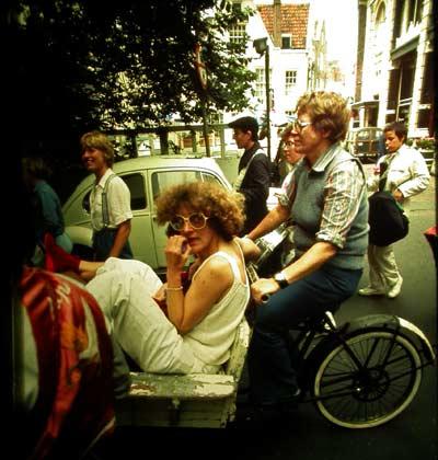 Martha in de bakfiets, op de achtergrond met trommel: Margreet Smit